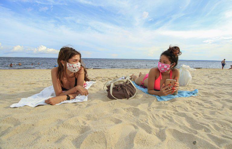Saúde - coronavírus - praias lazer banhistas retomada turismo distanciamento Covid-19 pandemia prevenção máscaras luvas (banhistas na praia de Ponta Negra, Manaus-AM)