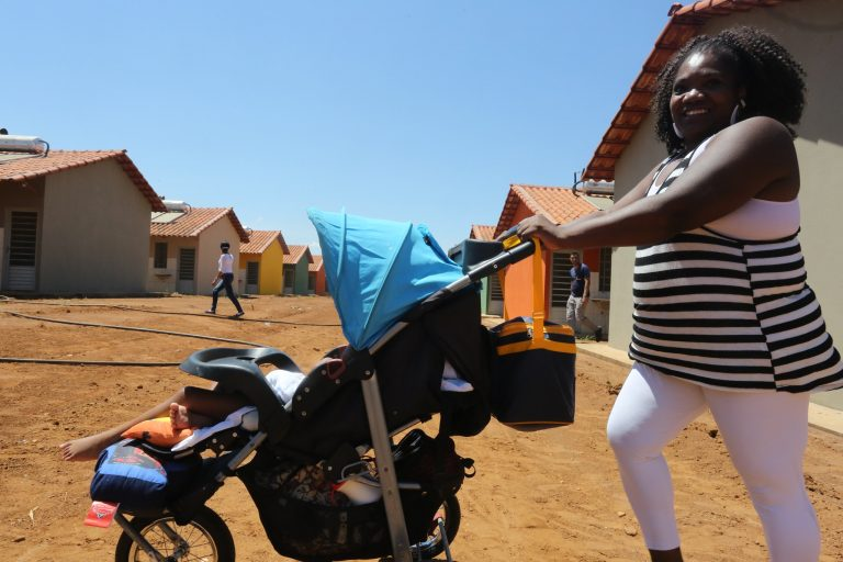 Família - maternidade mães filhos carrinhos de bebê crianças fertilidade natalidade demografia censo IBGE população conjunto habitacional casas bairros (Uberaba-MG)