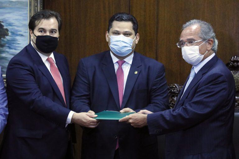 O ministro da Economia, Paulo Guedes, entrega ao Congresso Nacional a proposta do governo federal com parte da reforma tributária. O projeto foi entregue aos presidentes da Câmara, Rodrigo Maia (DEM-RJ), e do Senado, Davi Alcolumbre (DEM-AP)