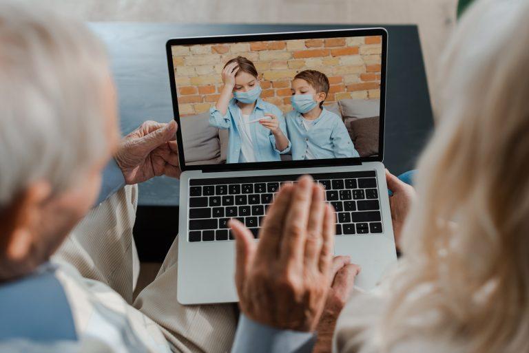 Comunicação - internet - videoconferências virtual avós netos família pandemia Covid-19 coronavírus distanciamento social grupo de risco convivência