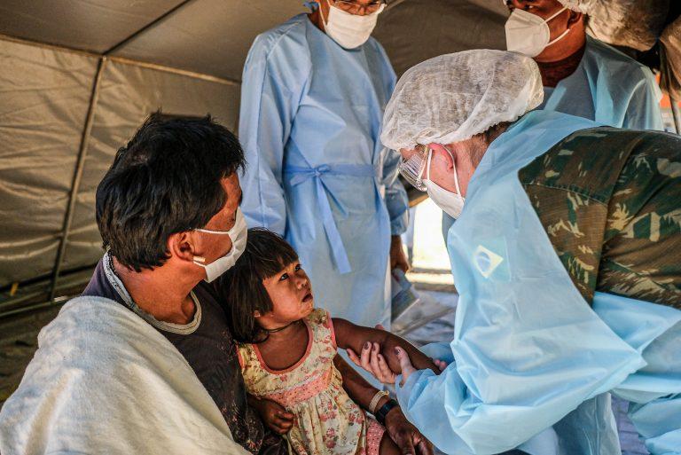 Saúde - coronavírus - indígenas índios exames diagnósticos atendimento consultas assistência médica Covid-19 pandemia direitos humanos saúde crianças máscaras (Operação Xavante, dos ministérios da Defesa e da Saúde, em aldeias de Mato Grosso)