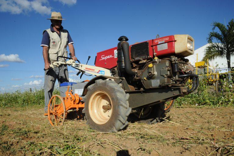 Agricultor opera máquina