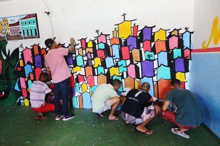 Cultura - popular - grafitti artes visuais tintas atividades ressocialização presos (presidiários do Complexo Penitenciário da Mata Escura-BA)