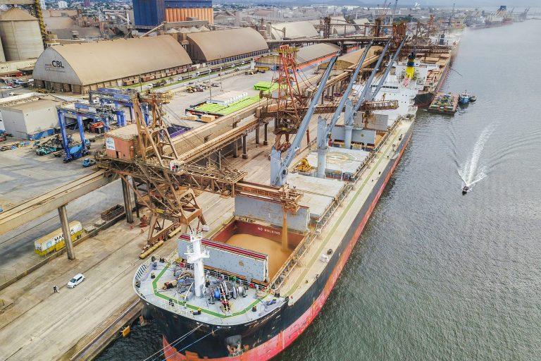 Transporte - barcos e portos - navios exportação comércio exterior cargas commodities infraestutura portuária (porto de Paranaguá-PR)