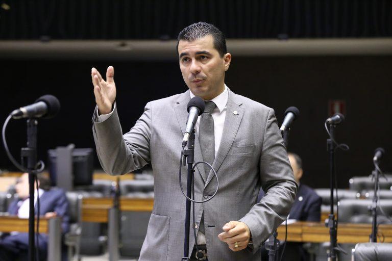 Deputado Luis Miranda discursa no plenário