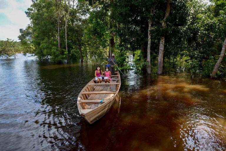 Saúde - coronavírus - Covid-19 pandemia índios indígenas ribeirinhos máscaras prevenção contágio contaminação barcos transporte fluvial Amazônia