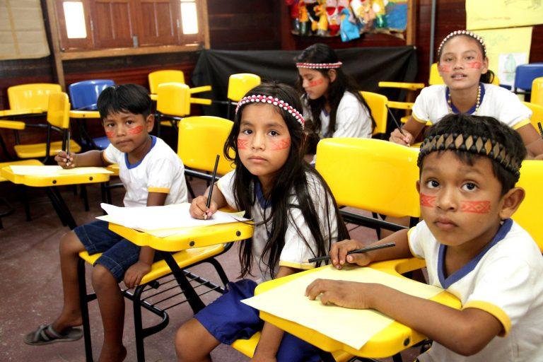 Direitos Humanos - índios - educação indígenas crianças escolas (homenagem ao Dia do Índio em sala de aula, Manaus-AM)