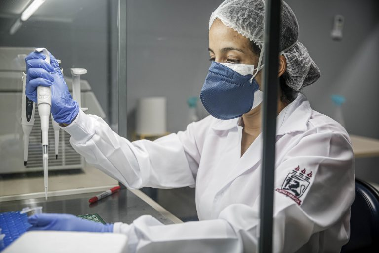 Saúde - coronavírus - testagem laboratórios cientistas ciência pesquisas vacinas diagnósticos Covid-19 pandemia