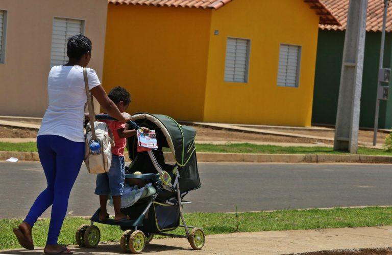 Família - maternidade mães filhos carrinhos de bebê crianças fertilidade natalidade demografia censo IBGE população