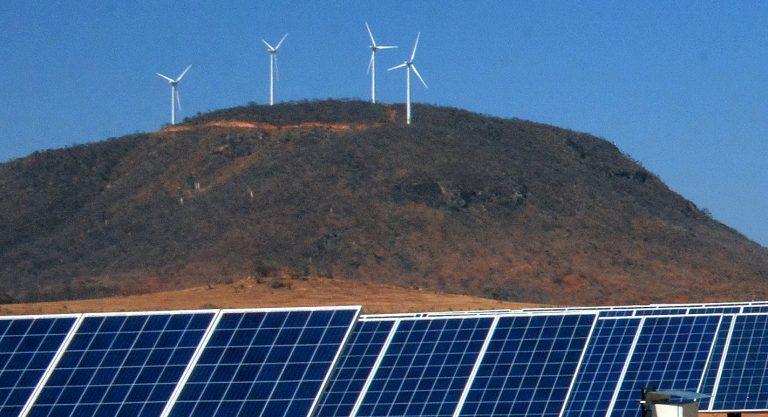 Energia - renováveis - éolica solar (Parque eólico e painéis solares na Bahia)
