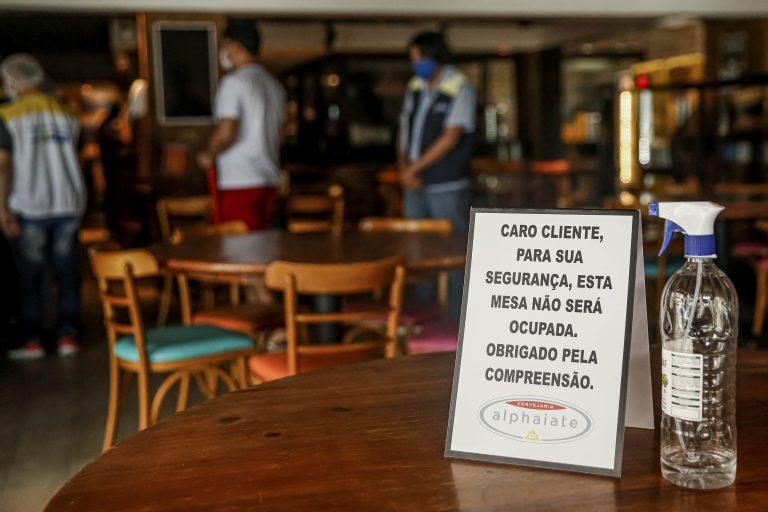 Saúde - coronavírus - economia cuidados prevenção contágio contaminação Covid-19 pandemia comércio distância mesas clientes distanciamento social (vistoria da Vigilância Sanitária em bares e restaurantes de Recife-PE)