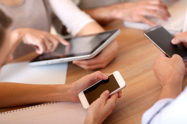 Comunicação - internet - smartphones telefones celulares tablets redes sociais reuniões negócios empreendedorismo liderança empresas fake news notícias falsas