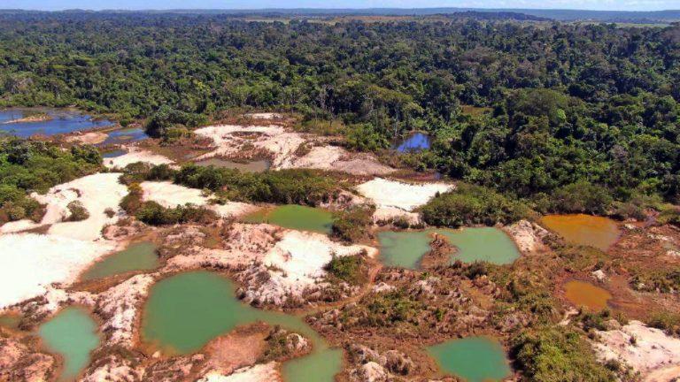 Meio Ambiente - queimada e desmatamento - garimpos poluição destruição ambiental preservação biomas Amazônia (mineração ilegal em Mato Grosso)