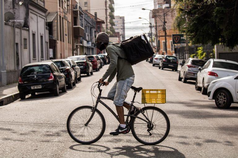 Saúde - coronavírus - trabalhadores máscaras entregadores bicicletas prevenção contágio contaminação Covid-19 pandemia (Pelotas-RS)