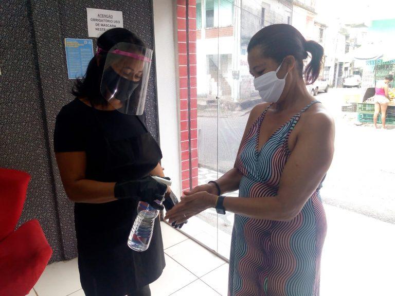 Saúde - coronavírus - máscaras álcool gel pandemia empregos microempresas negócios economia reabertura comércio funcionamento crise econômica consumidores cabelos vaidade cabeleireiros (Salão de beleza adota cuidados de prevenção da Covid-19 com clientes)