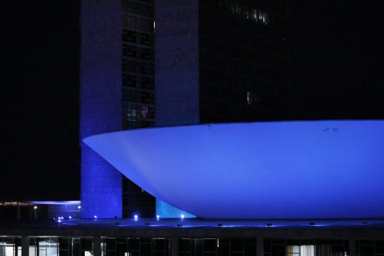 Prédio do Congresso Nacional com iluminação na cor azul em homenagem ao dia do cardiologista