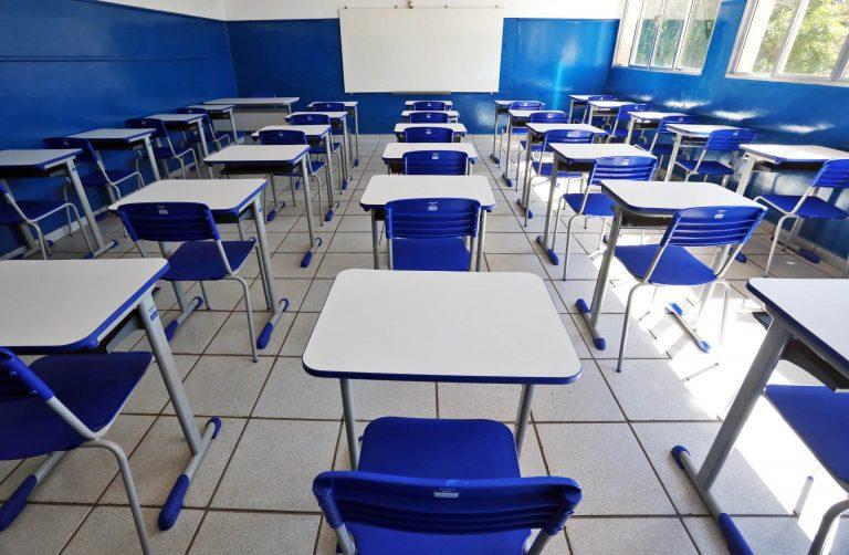 Educação - sala de aula - evasão escolar carteiras vazias alunos estudantes escolas (Colégio Estadual Aníbal Benévolo, Resende-RJ)