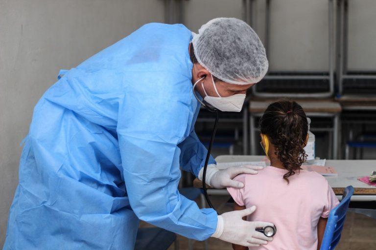 Saúde - coronavírus - médicos consultas pediatras pediatrias crianças estetoscópios Covid-19 pandemia atenção primária SUS Sistema Único de Saúde (atendimentos em ação de cidadania em Aurora do Pará-PA)