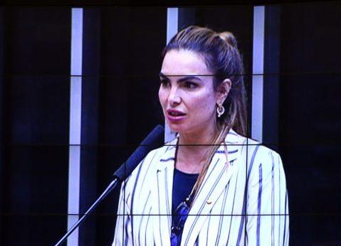 Deputada Paula Belmonte discursa no Plenário da Câmara