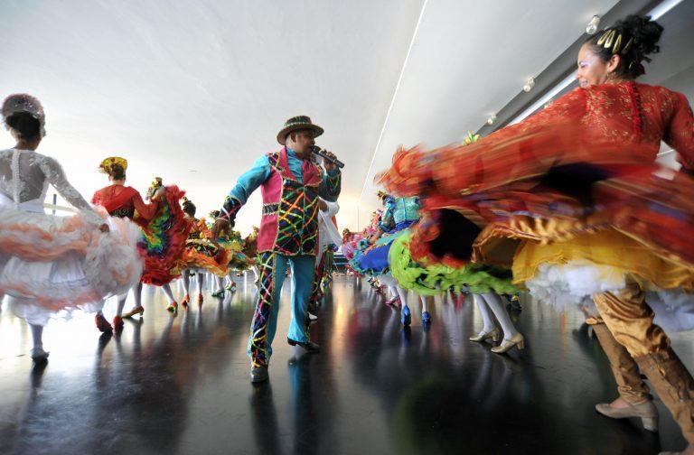 Exibição de dança típica de festa junina pelo grupo