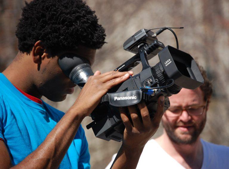 Jovem com câmera de cinema