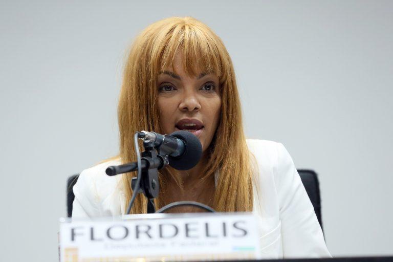 Deputada Flordelis discursa ao microfone