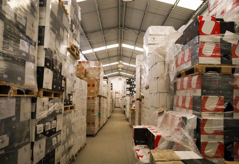 Galpão com muitas caixas de produtos empilhadas