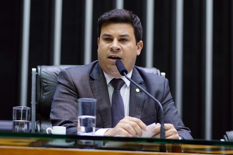 Deputados Carlos Veras ao microfone