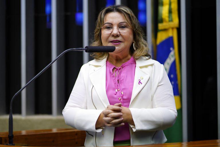 Deputada Tereza Nelma discursa no Plenário da Câmara dos Deputados