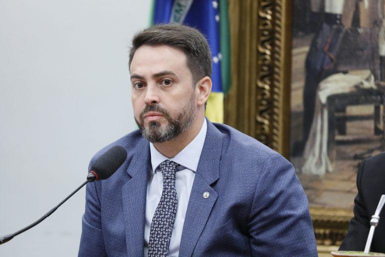 Deputado Léo Moraes ao microfone