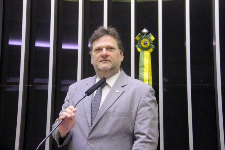 Deputado Paulo Bengtson está em pé na tribuna do Plenário da Câmara