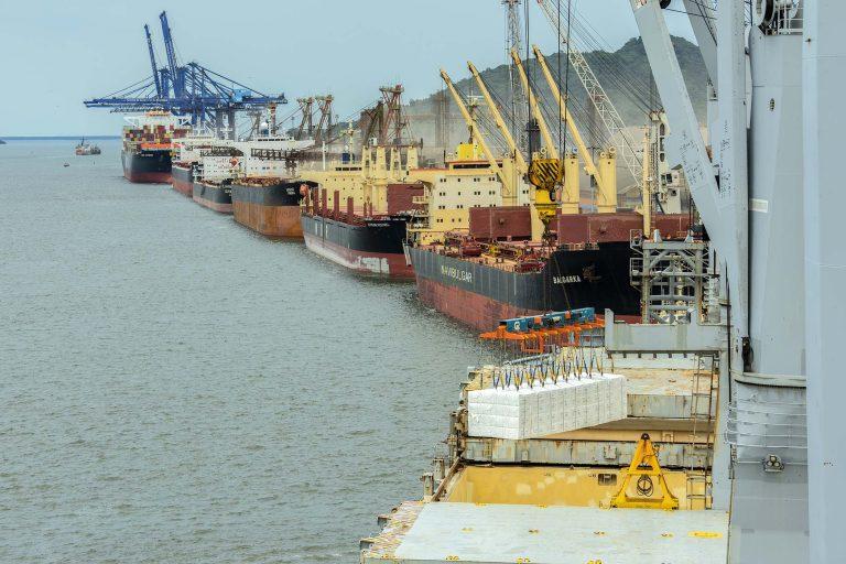 Transporte - barcos e portos - navios exportação importação balança comercial (porto de Paranaguá-PR)