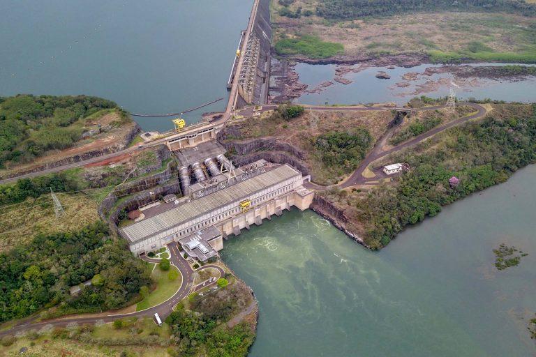 Vista aérea de hidrelétrica no rio Iguaçu