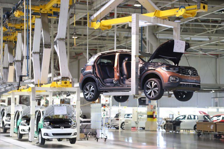 Carros sendo montados numa fábrica