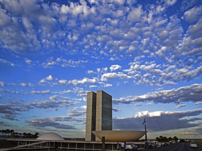 Prédio do Congresso Nacional, ao fundo um céu azul com nuvens brancas