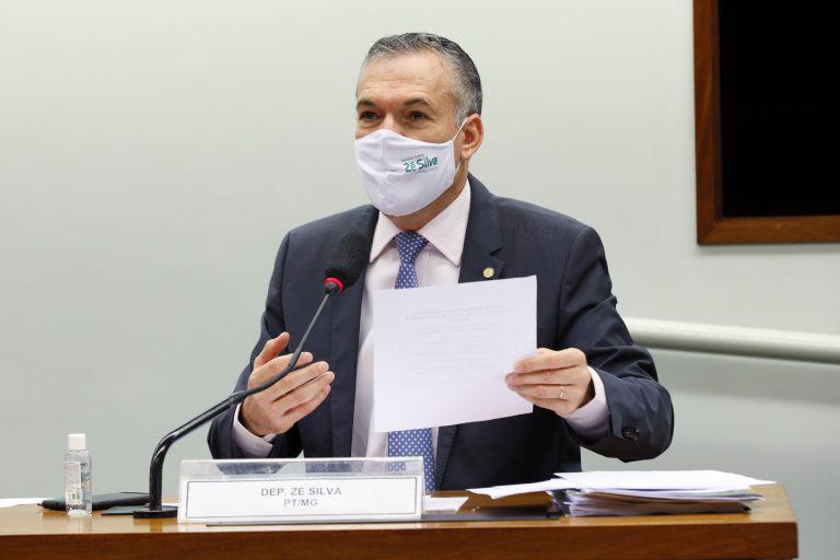Deputado Zé Silva usa uma máscara de proteção para discursar na Câmara