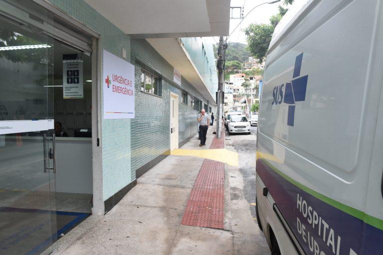 Ambulância na entrada de emergência do Hospital Estadual São Lucas, Vitória (ES)