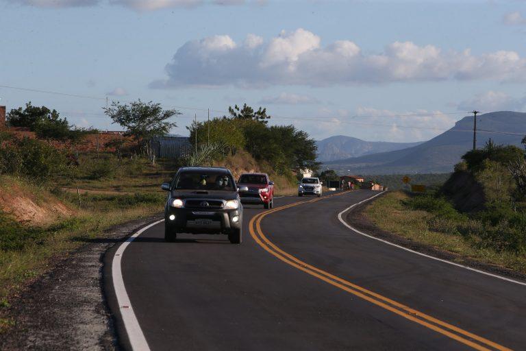 Transportes - geral - faróis acesos rodovias segurança trânsito sinalização