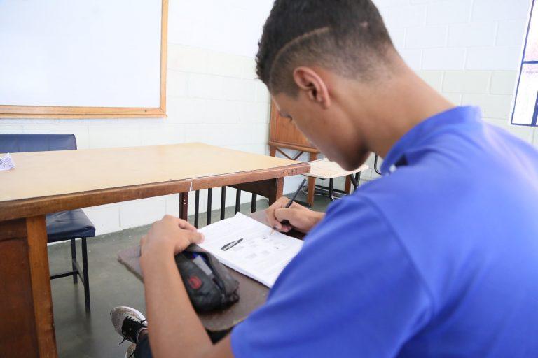 Educação - ensino profissional - sala de aula alunos estudantes professores adolescentes jovens formação técnica profissionalizante qualificação trabalho provas avaliações (Feti - Fundação de Ensino Técnico Intensivo, Uberaba-MG)