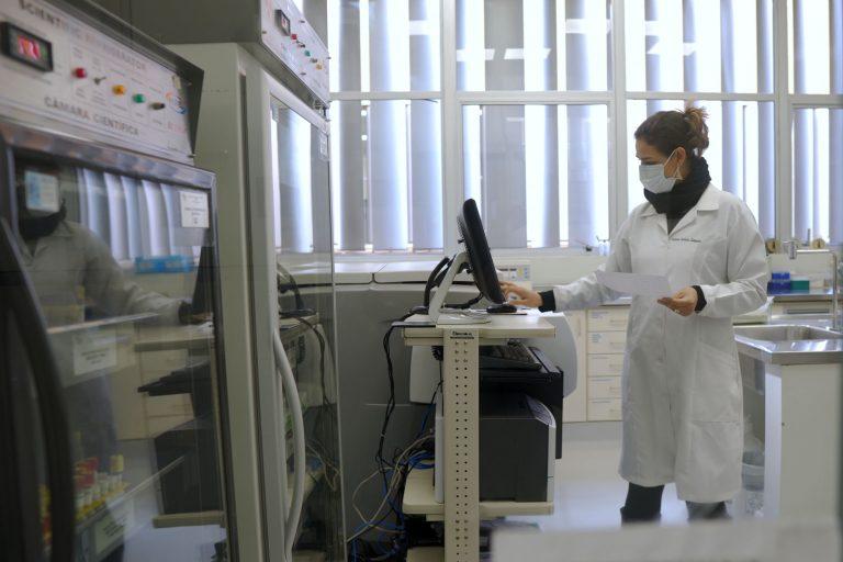 Tecnologia - pesquisa - laboratórios ciências cientistas bolsas universidades pesquisas científicas pesquisadores