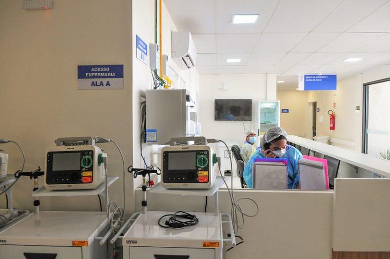 Enfermeira trabalha num hospital