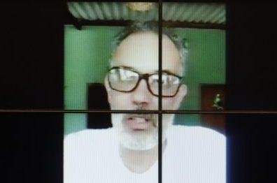 Ambientalista participa de videoconferência. Ele está sentado falando para a tela do computador