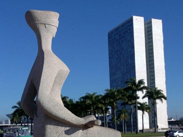 Estátua da Justiça que fica em frente ao STF e o prédio do Congresso Nacional