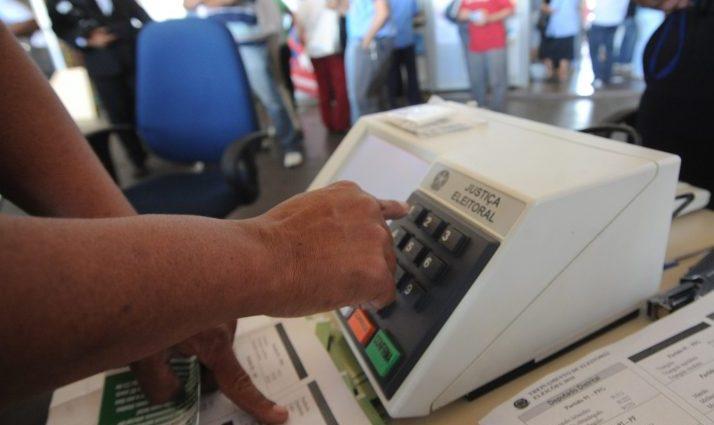 pessoa vota em urna eletrônica