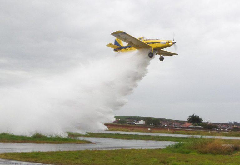 Avião joga água no campo