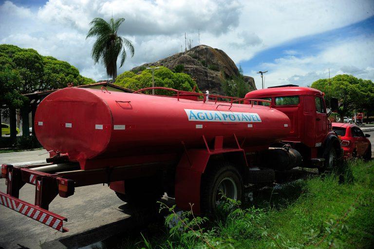 Caminhão-pipa com água potável