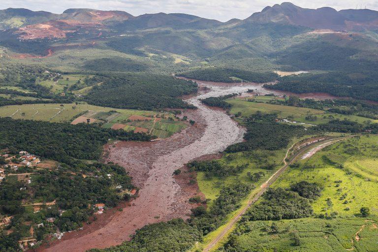 Vista aérea da lama de rejeitos que se espalhou com o rompimento de barragem de mineradora em Brumadinho