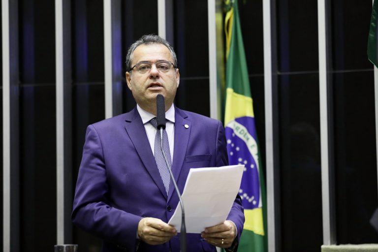 Deputado Danilo Cabral discursa no Plenário da Câmara