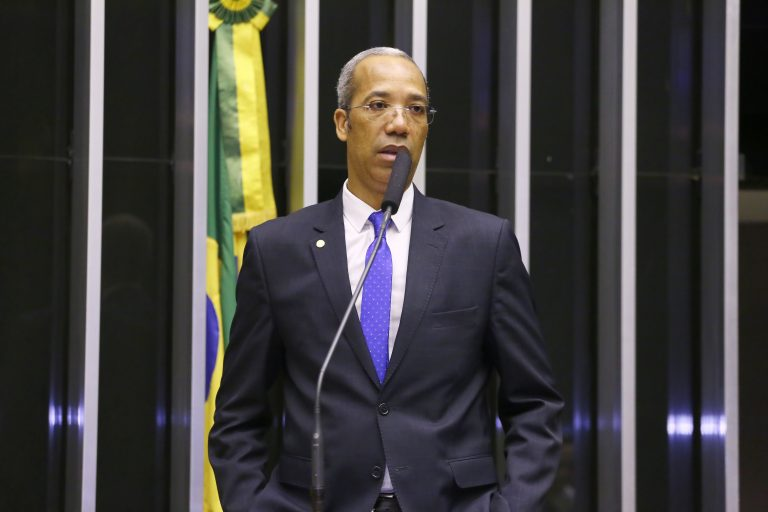 Deputado Léo Motta discursa no Plenário da Câmara