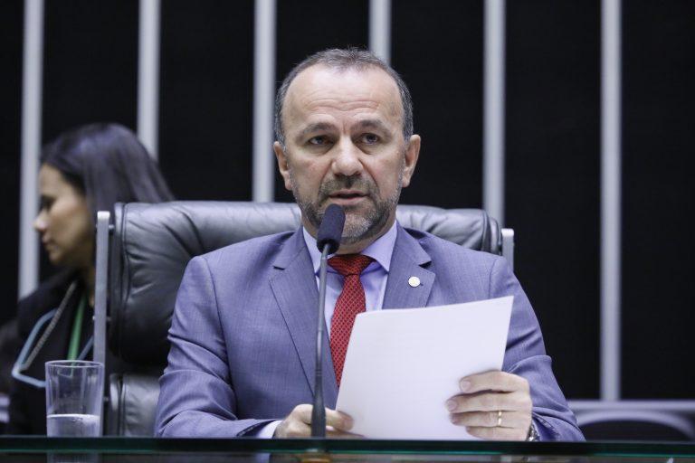Deputado Helder Salomão discursa no Plenário da Câmara